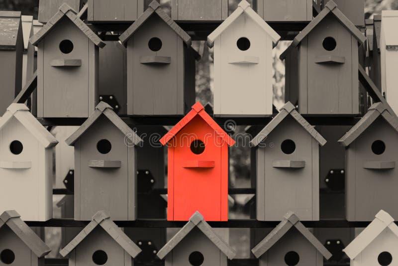 Красивые пестротканые birdhouses в парке Birdhouse высотного здания стоковое фото
