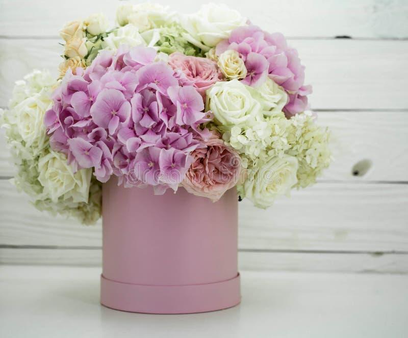 Красивые пионы в розовой коробке с плодоовощами на деревянной предпосылке стоковые изображения