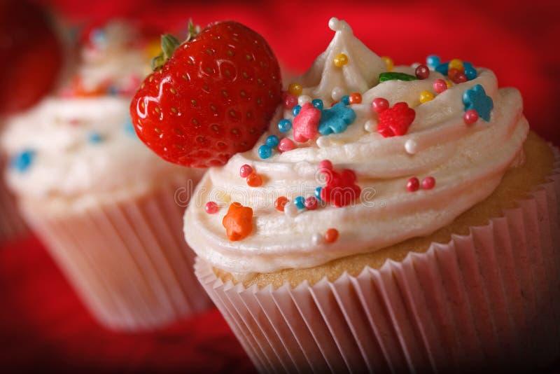 Красивые пирожные с макросом сливк и клубник горизонтально стоковое изображение rf