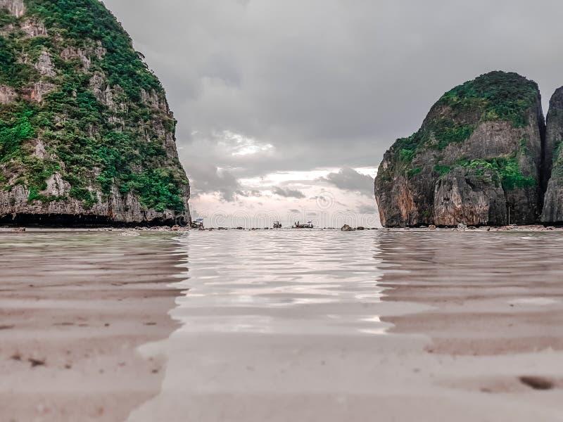 Красивые пляжи в острове Phi Phi Таиланда, пляже обезьяны, заливе Майя стоковая фотография