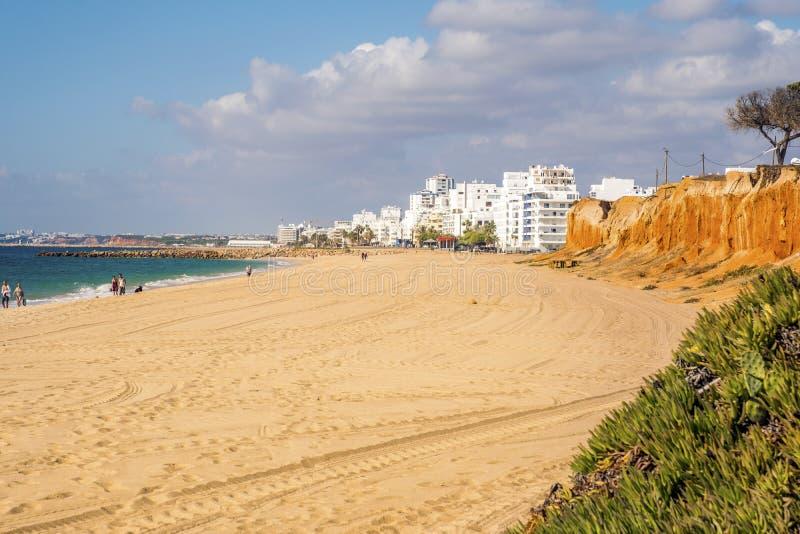 Красивые пляжи и скалы в Quarteira, Алгарве, Португалии стоковое фото rf