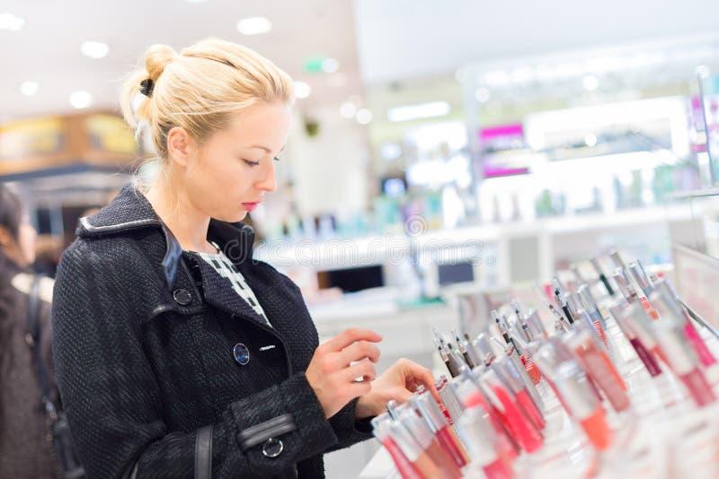 Красивые покупки женщины в магазине красоты стоковое изображение rf