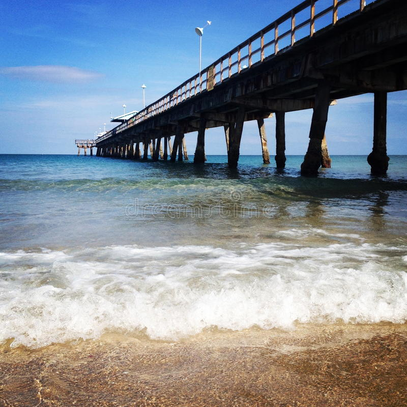 Красивые променад и волны океана стоковое изображение rf