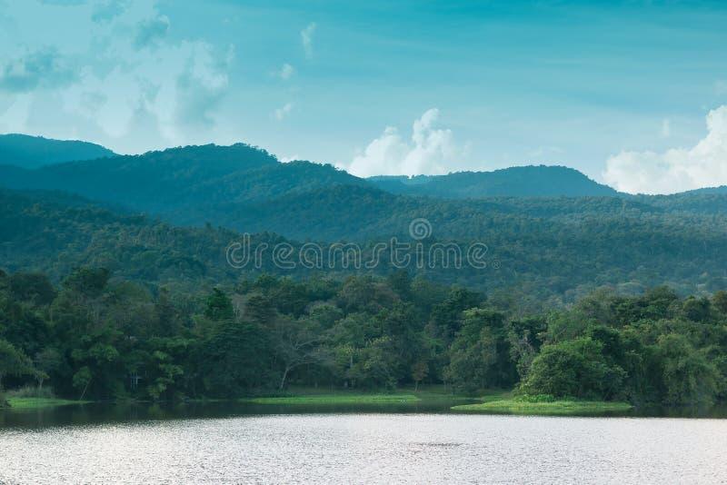 Красивые резервуары и горы стоковое изображение