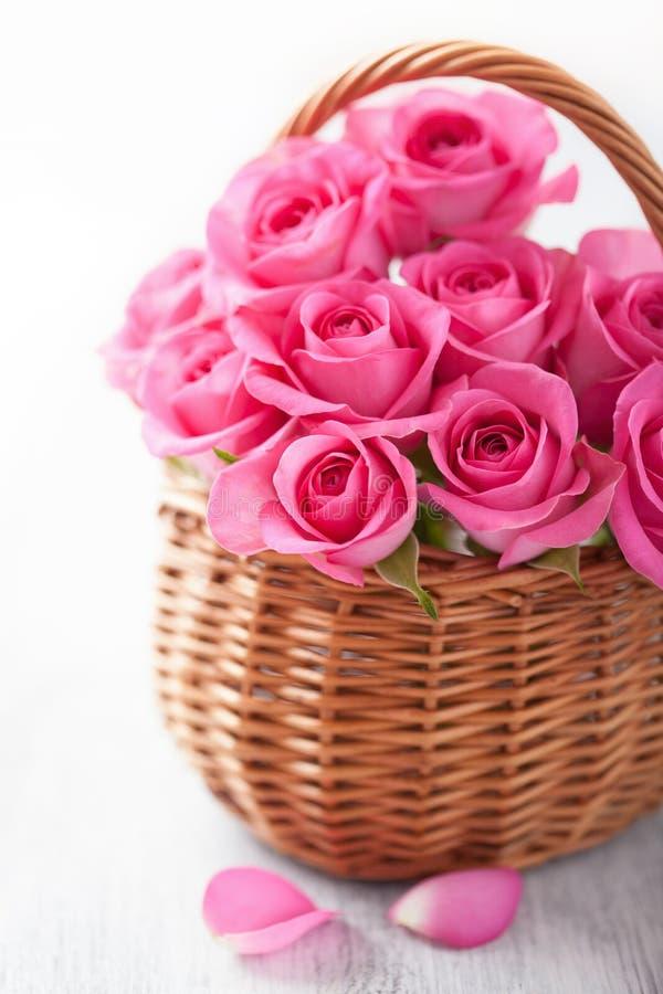 Красивые розовые розы в корзине стоковое фото rf