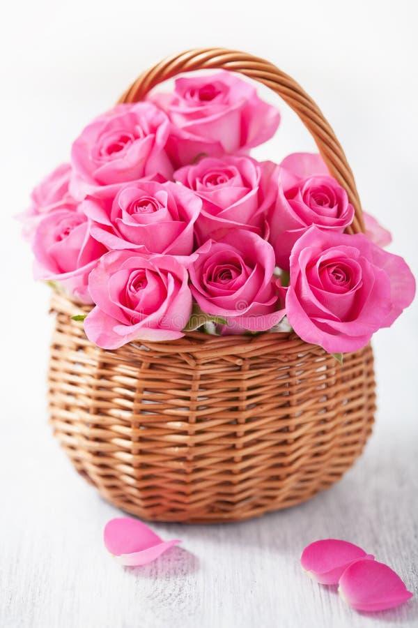 Красивые розовые розы в корзине стоковое фото