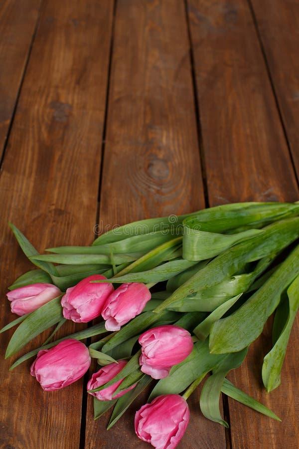 Download Красивые розовые тюльпаны на деревянной предпосылке Стоковое Фото - изображение насчитывающей юбилей, цветасто: 37930588