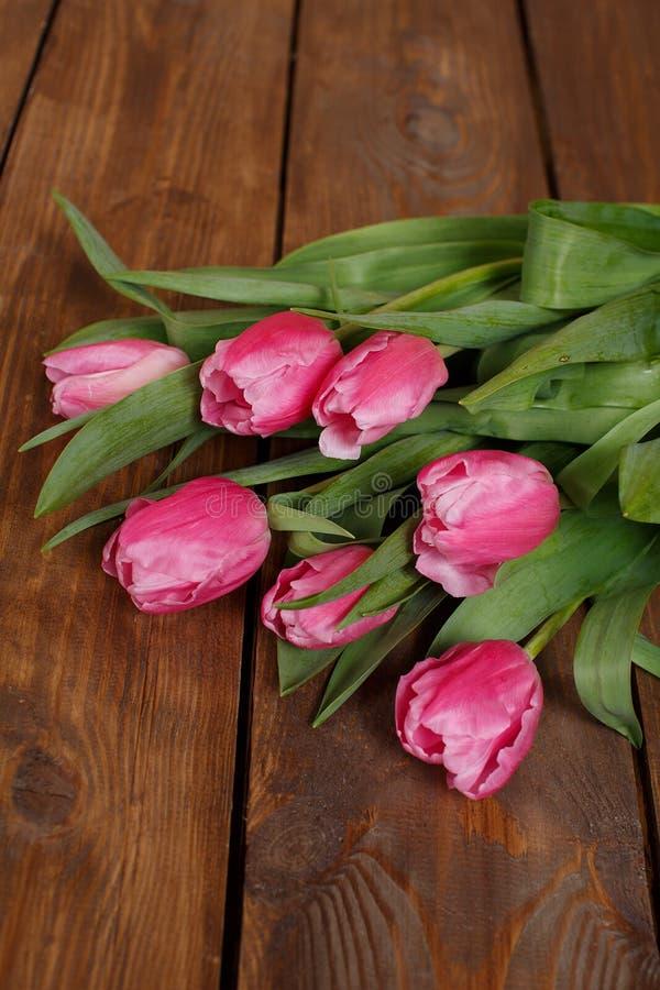 Download Красивые розовые тюльпаны на деревянной предпосылке Стоковое Изображение - изображение насчитывающей бобра, пасха: 37930593