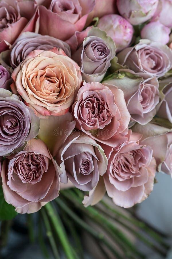 Красивые розы розовых, фиолета и персика wedding макрос крупного плана букета стоковые фотографии rf