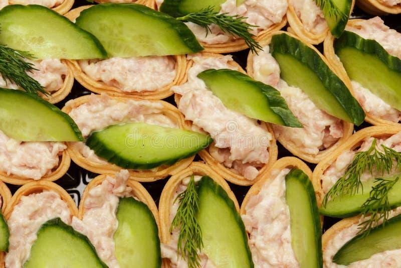 Красивые сандвичи с заполнять под зелеными цветами стоковые изображения