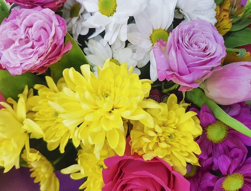 Красивые свежие цветки, букет, предпосылка розы желтого цвета хризантемы стоковые изображения rf
