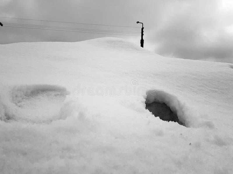 Красивые сиротливые трассировки снега человека в зиме стоковые изображения