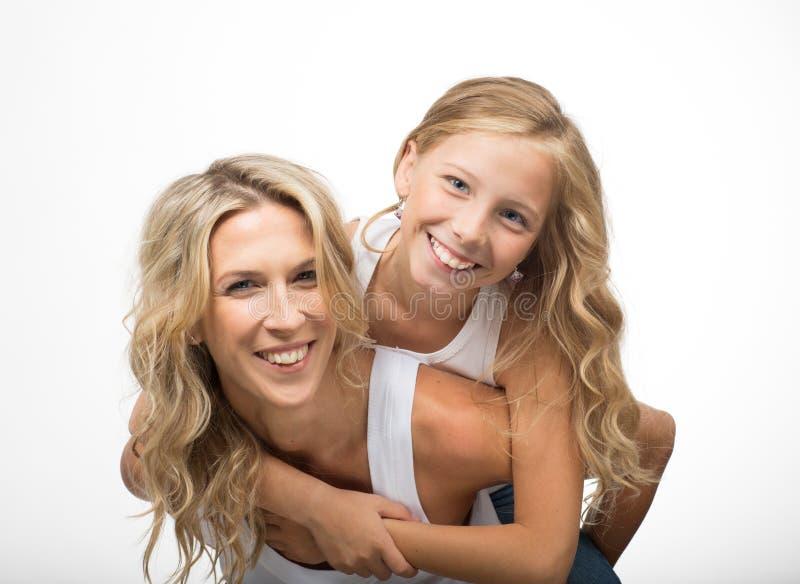 Красивые смеясь над мать и детская игра совместно стоковые фотографии rf