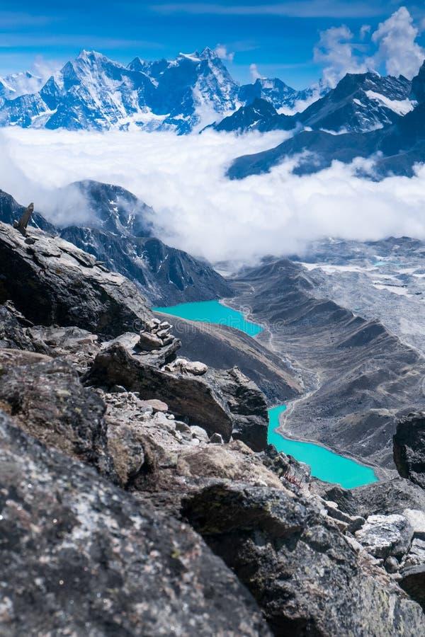 Красивые снег-покрытые горы с озером стоковые изображения rf