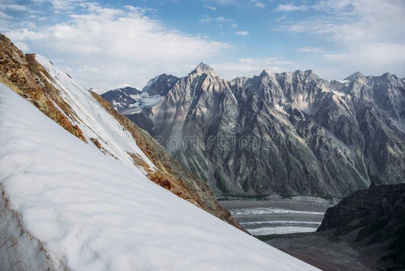 красивые снежные горы, Российская Федерация, Кавказ, стоковое изображение rf