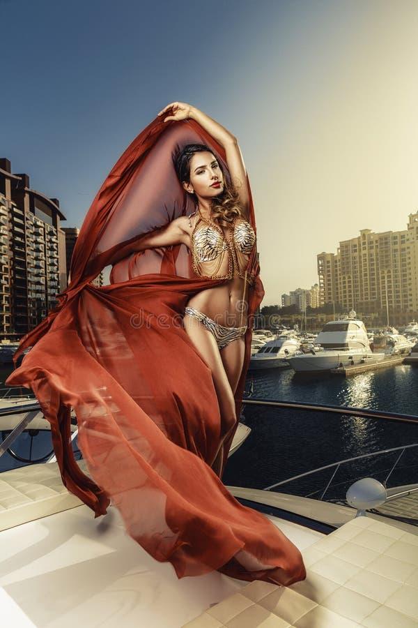 Красивые среднеземноморские женщины представляя на шлюпке стоковые изображения