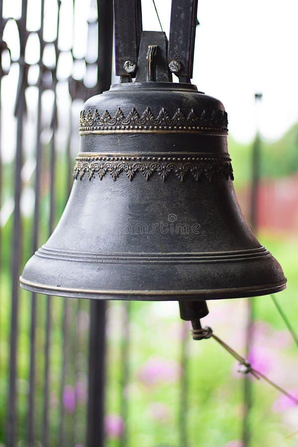 Красивые старые церковные колокола на defocused предпосылке Вероисповедание, правоверное, культура, горизонтальный, выборочный фо стоковые изображения rf