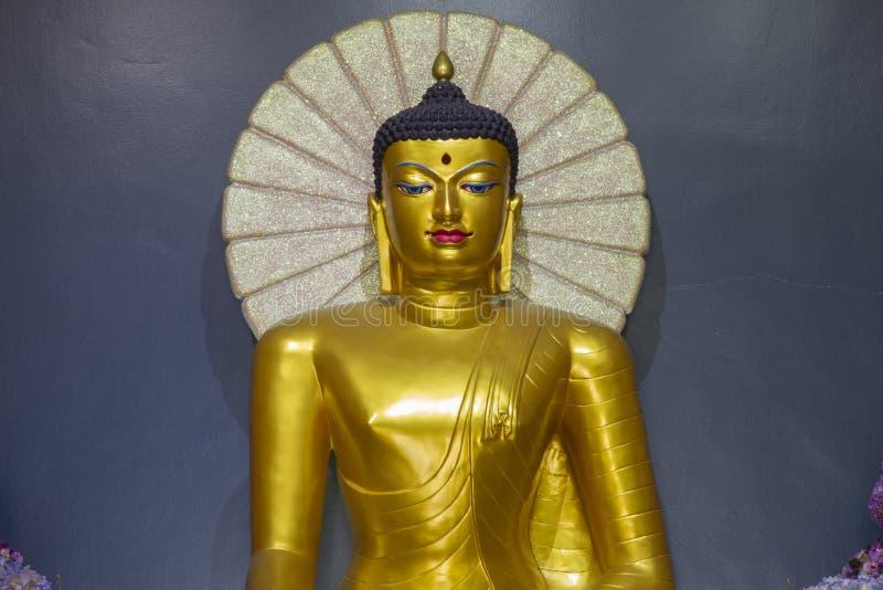 Красивые статуи Будды в Mahabodhi Stupa Bodh Gaya в watpanyanantaram в Khlong Hok, районе Khlong Luang, Pathum Thani, стоковое фото
