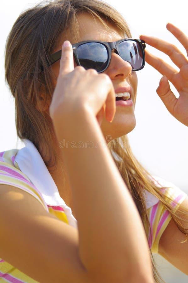 Красивые стекла женщины и солнца стоковое изображение