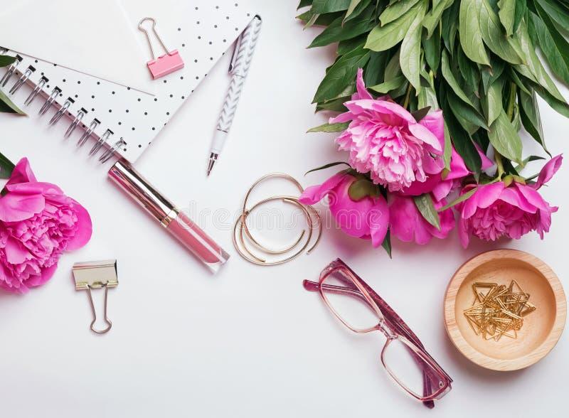 Красивые стильные аксессуары и розовые пионы на белом backgrou стоковое фото rf