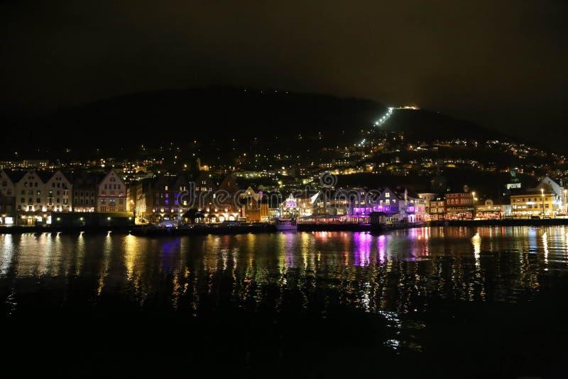 Красивые сцены ночи города Бергена стоковая фотография