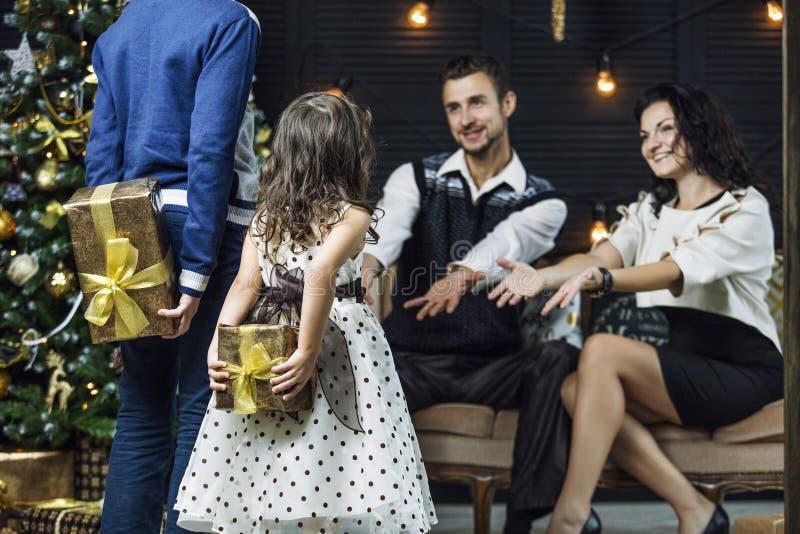 Красивые счастливые мать, отец, сын, и дочь семьи к cele стоковая фотография