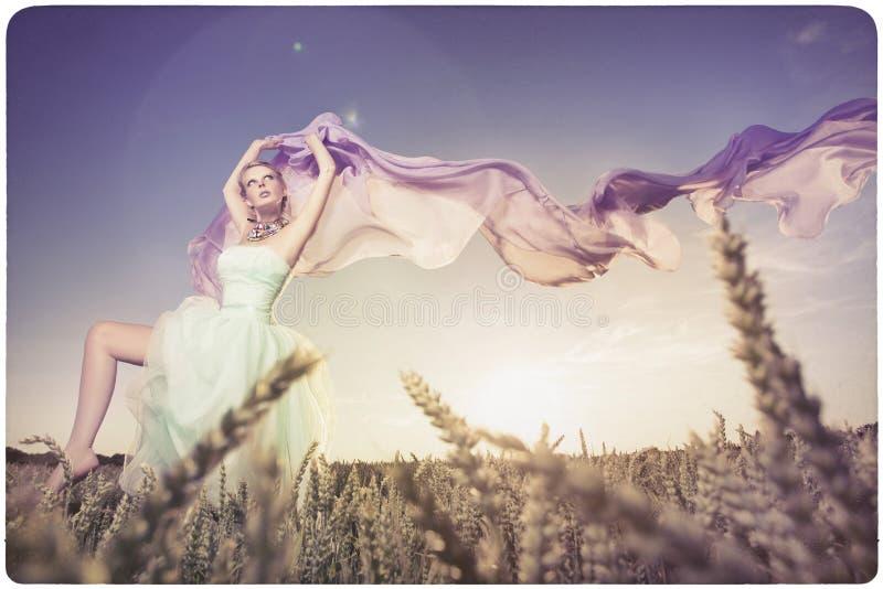 Красивые танцы женщины в заходе солнца стоковые фотографии rf