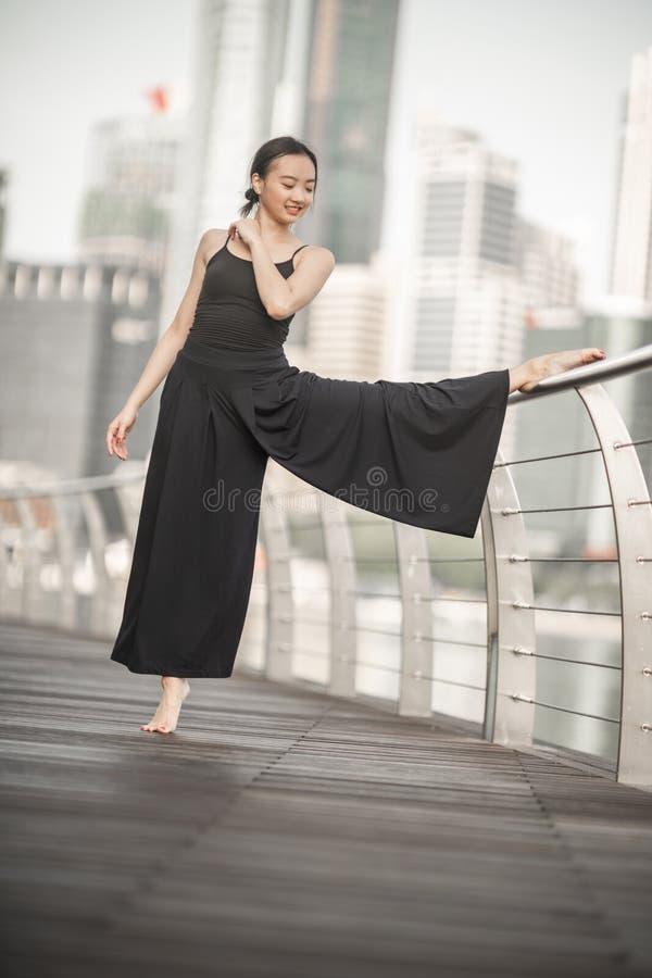 Красивые танцы маленькой девочки в городе стоковое изображение