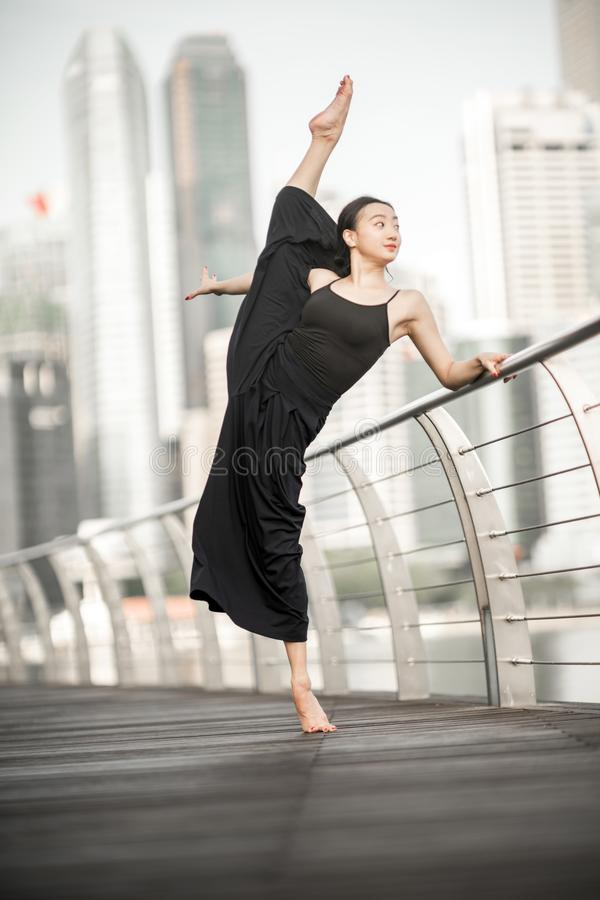 Красивые танцы маленькой девочки в городе стоковые фотографии rf