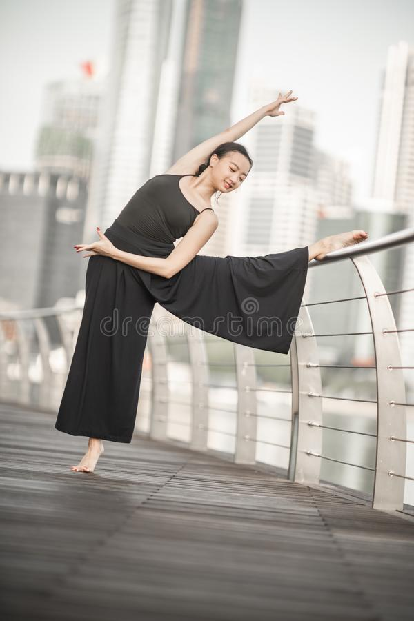 Красивые танцы маленькой девочки в городе стоковые изображения rf