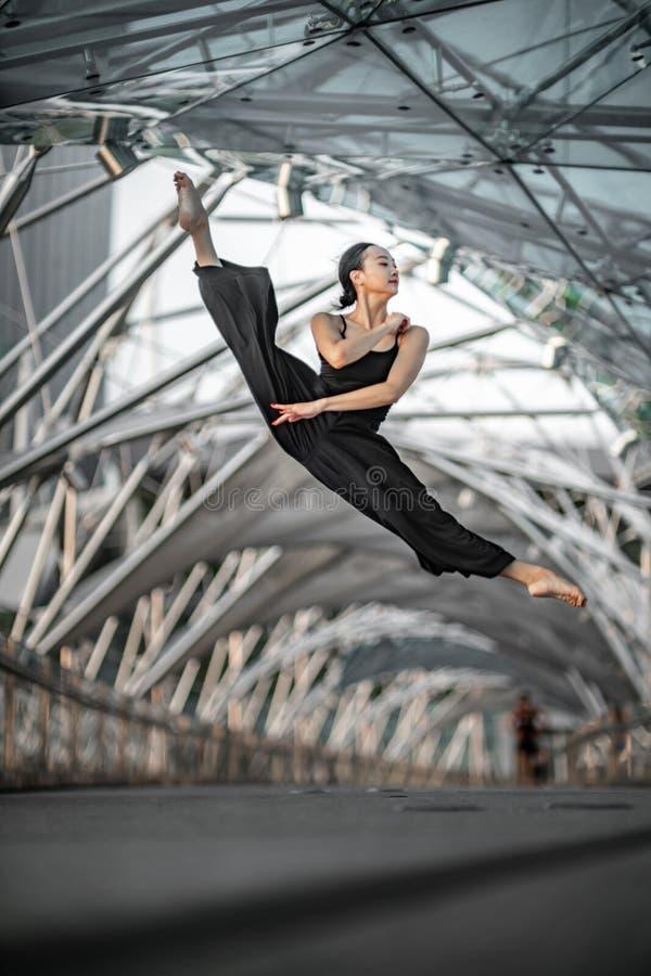 Красивые танцы маленькой девочки на мосте стоковое изображение rf
