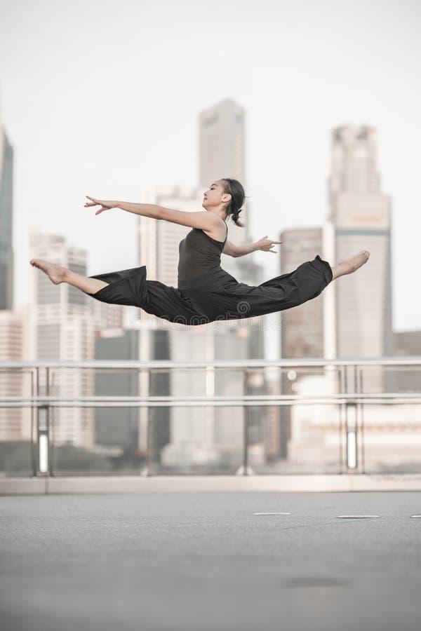 Красивые танцы маленькой девочки на мосте стоковые фотографии rf