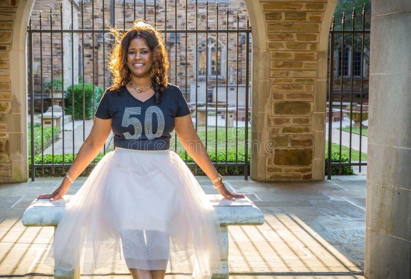 Красивые 50-ти летние афроамериканец или чернокожая женщина стоковые фотографии rf