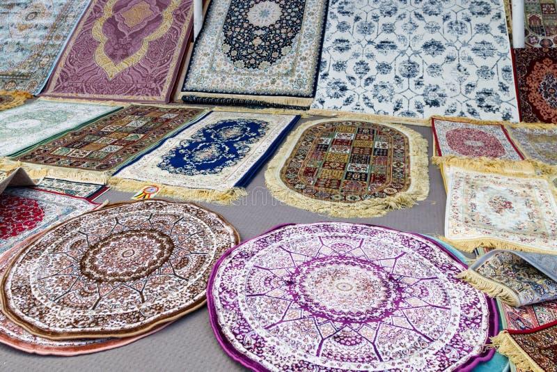 Красивые тонкие ковры в магазине в рынке Masafi пятницы на дороге Дубай-Ф стоковое изображение