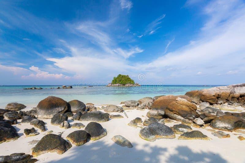 Красивые тропические белые песок и утес около серендипити Beac стоковая фотография