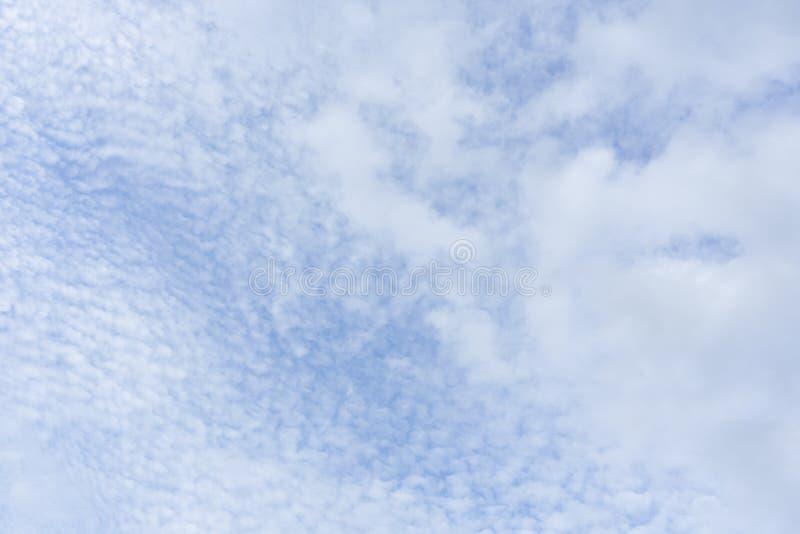 Красивые тучные белые облака и голубое небо стоковое фото rf