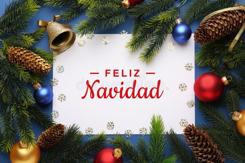 Красивые украшения рождества с пустой картой на предпосылке цвета стоковое фото rf