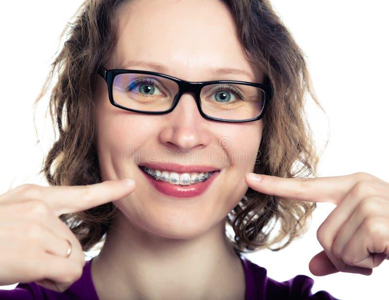 Красивые усмехаясь расчалки девушки нося стоковые изображения