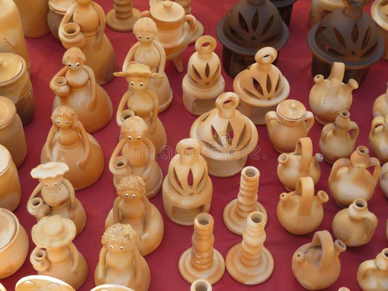 Красивые утвари кухни сделали из глины вручную экспертными руками стоковые фото