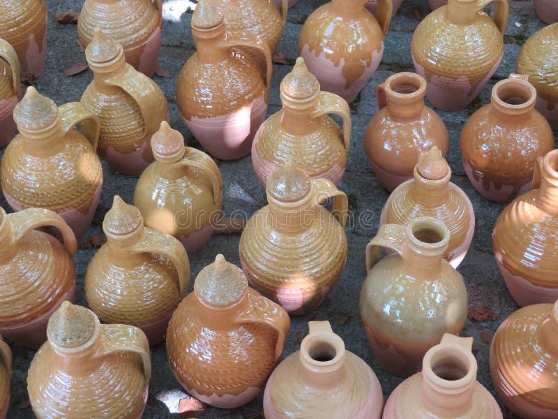 Красивые утвари кухни сделали из глины вручную экспертными руками красивые утвари кухни сделали из глины вручную экспертными рука стоковая фотография