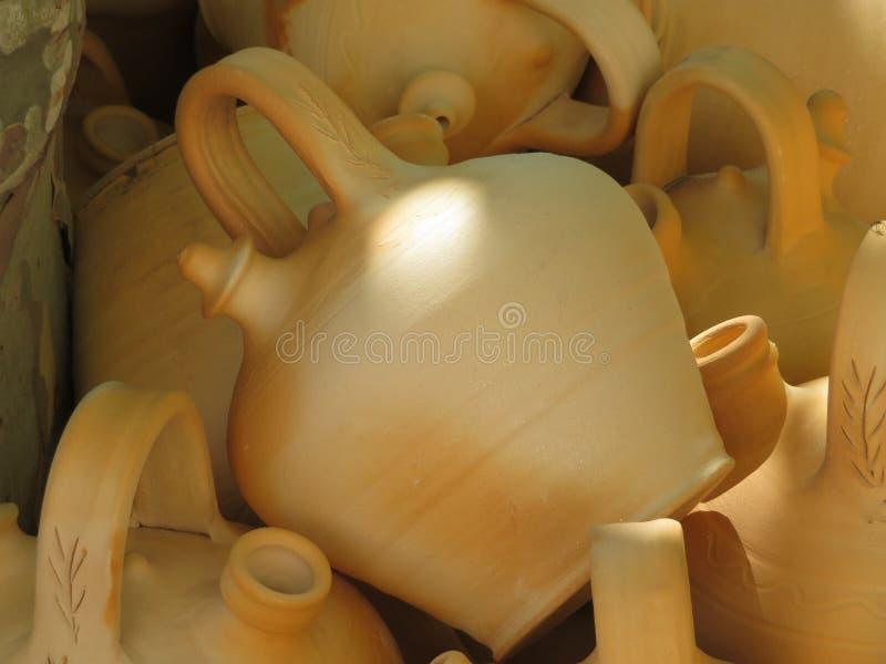 Красивые утвари кухни сделали из глины вручную экспертными руками стоковые изображения rf