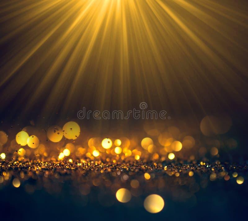 Красивые лучи света с ярким блеском освещают предпосылку grunge, g стоковые фото