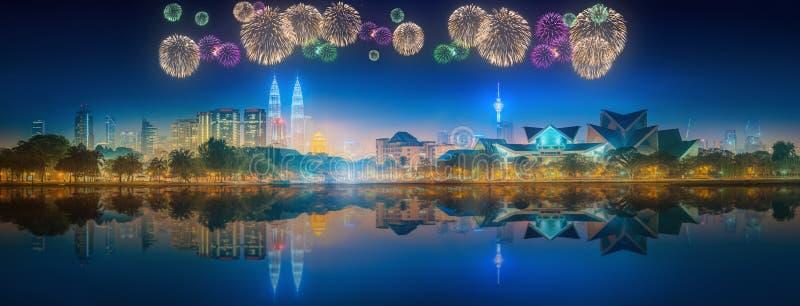 Красивые фейерверки над городским пейзажем горизонта Куалаа-Лумпур стоковое фото rf