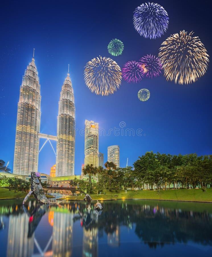 Красивые фейерверки над городским пейзажем горизонта Куалаа-Лумпур стоковое изображение rf