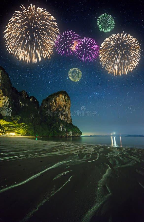 Красивые фейерверки над тропическим ландшафтом, Таиланд стоковые изображения