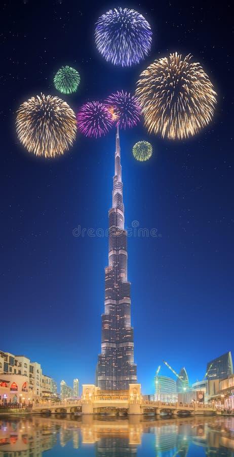Красивые фейерверки над фонтаном Burj Khalifa танцев в Дубай, ОАЭ стоковое изображение rf