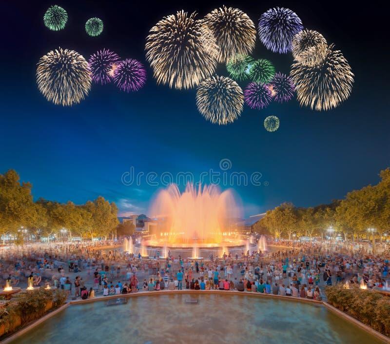 Красивые фейерверки под волшебным фонтаном в Барселоне стоковое изображение