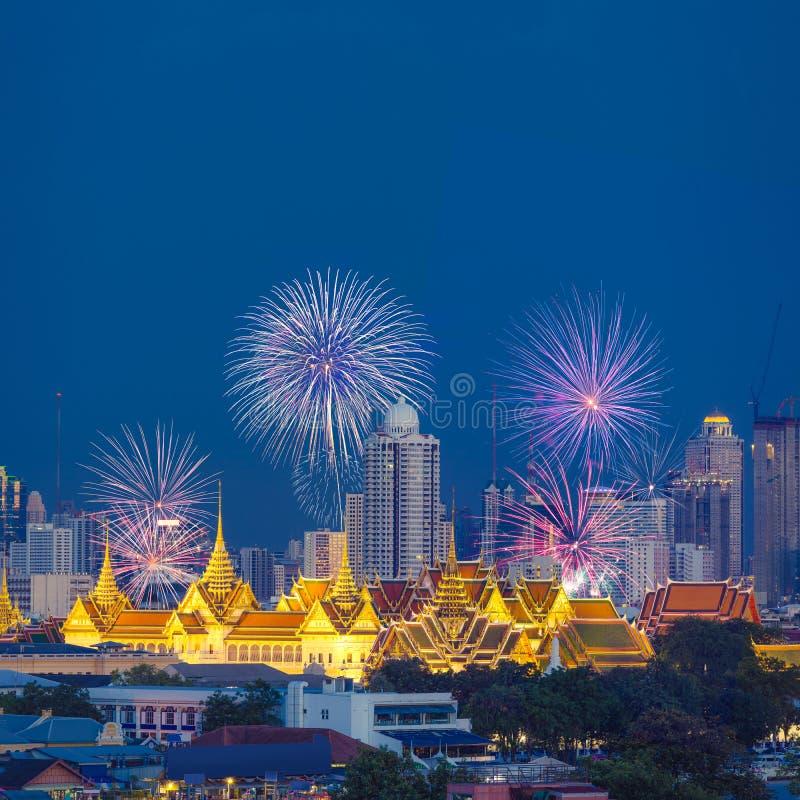 Красивые фейерверки с грандиозными дворцом и городом Бангкока в предпосылке стоковая фотография