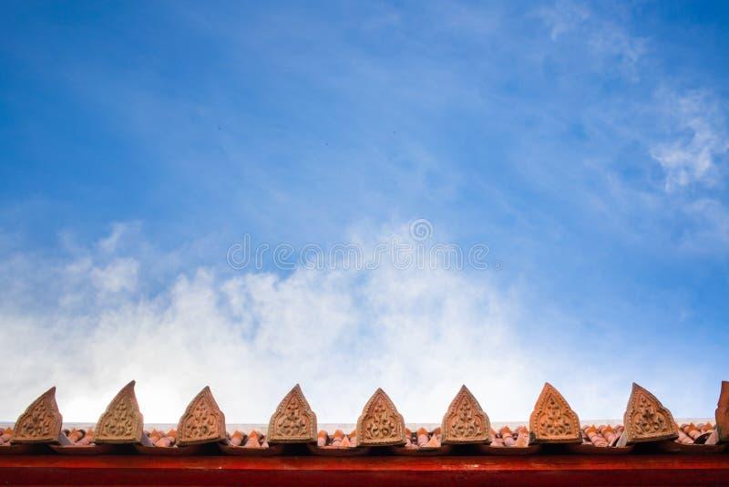 Красивые фоновые изображения, крыши виска в Таиланде стоковые фото
