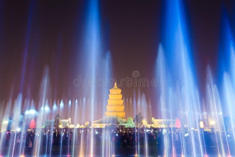 Красивые фонтаны на ноче в xian стоковая фотография rf